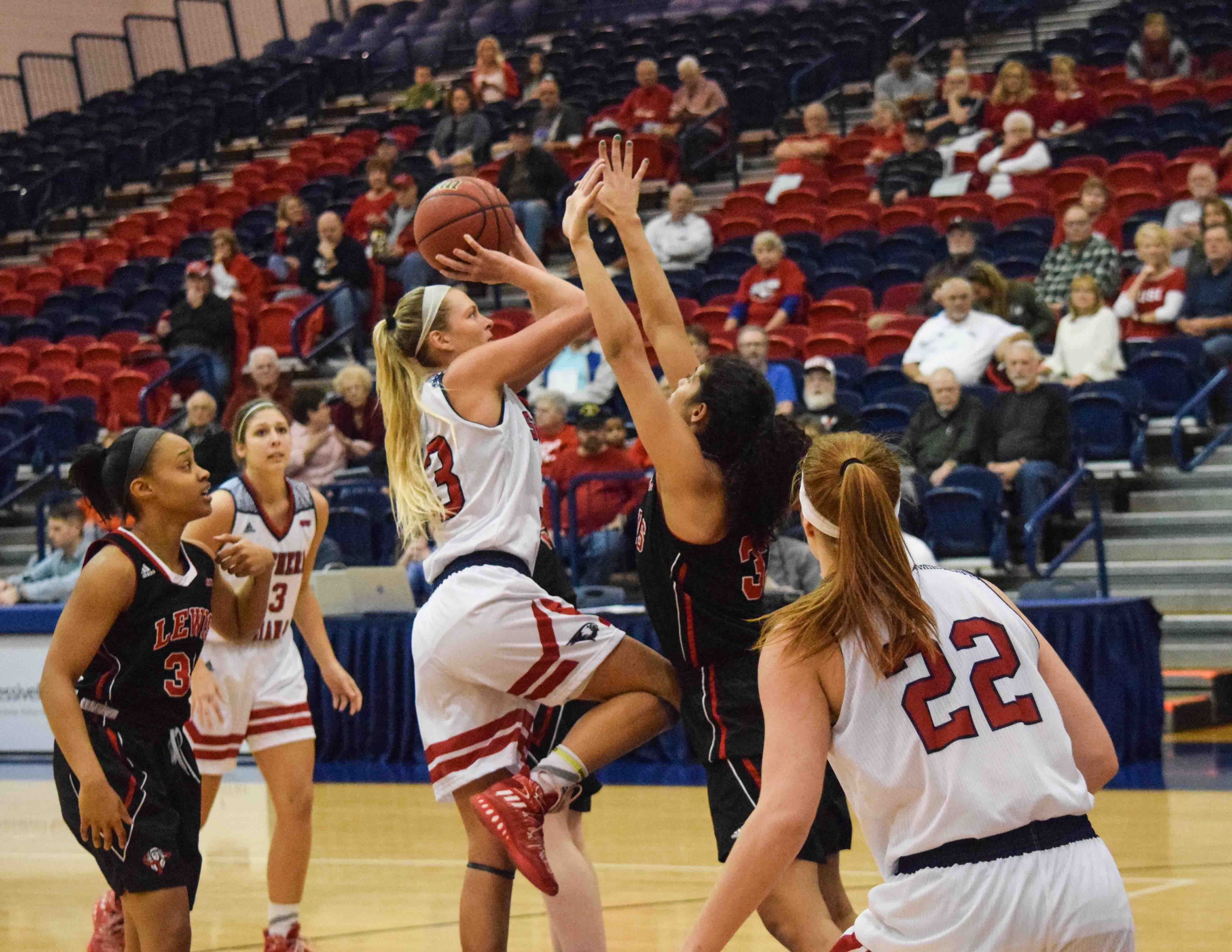 Kaydie+Grooms%2C+a+Junior+Guard%2C+goes+up+for+a+shot+Saturday.