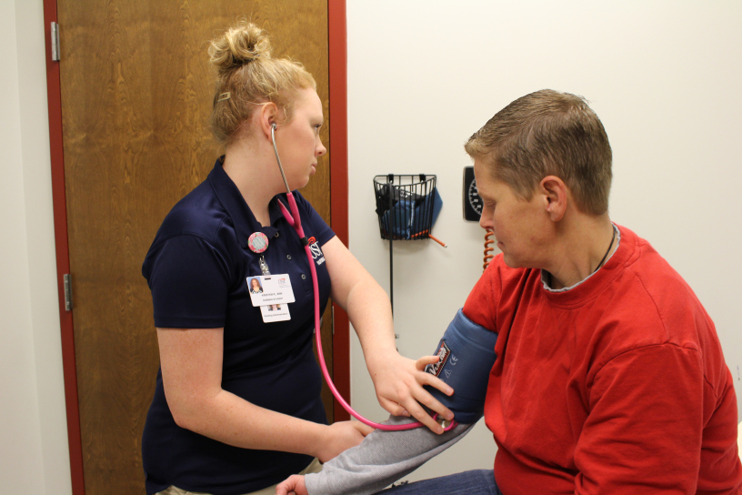 Kristin+Reckelhoff%2C+a+senior+nursing+major%2C+uses+a+blood+pressure+cuff+to+check+her+patient%2C+Heather+Sheridan%E2%80%99s+blood+pressure%2C+during+Sheridan%E2%80%99s+appointment+during+December.+Reckelhoff+goes+to+USI-Glenwood+Community+Health+Center+every+other+Wednesday+at+8+a.m.+where+she+sees+anywhere+from+three+to+nine+patients+during+her+eight+hour+shift.