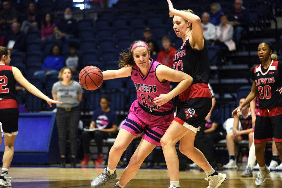 Tara+Robbe%2C+freshman+forward%2C+drives+to+the+basket+against+Lewis+University+Saturday+afternoon+at+the+Screaming+Eagles+Arena.+The+Eagles+lost+58-74.+