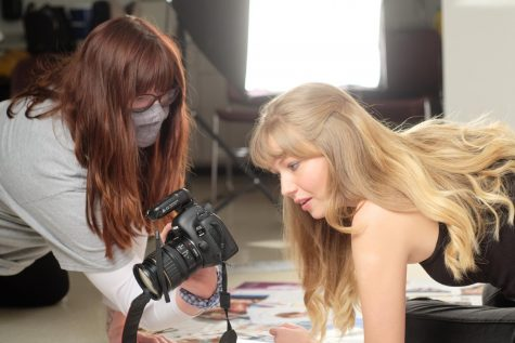 Thorne shows her model the the images she just took