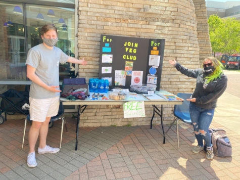 Chase DeBruyn, SGA administrative vice president of environmental protection, and Josie Ault, president of Veg Club, hand out vegetarian deserts and reusable items Monday. Sodexo provided the vegetarian cookies and brownies.