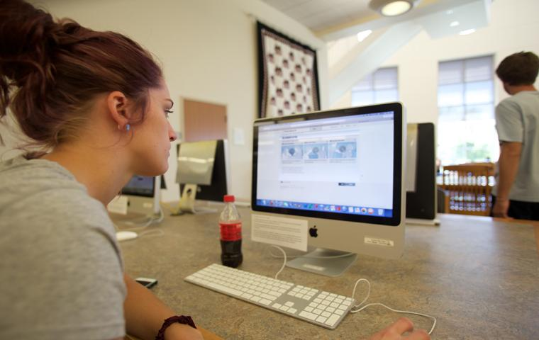 Junior psychology major Stephanie Perry logs onto a computer at Rice Library Monday. Photo by The Shield